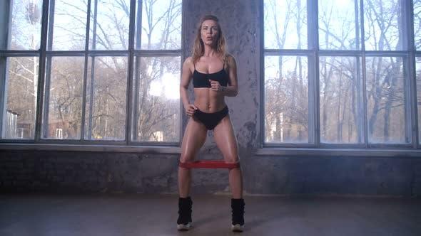 Thumbnail for Sportliche Frau Training Oberschenkelmuskulatur im Studio