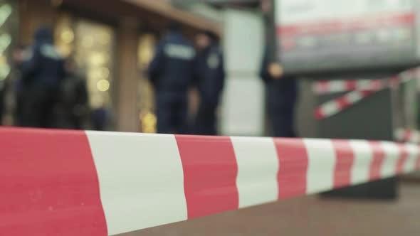 Polizeibarriere: Warnband der Polizei am Tatort.