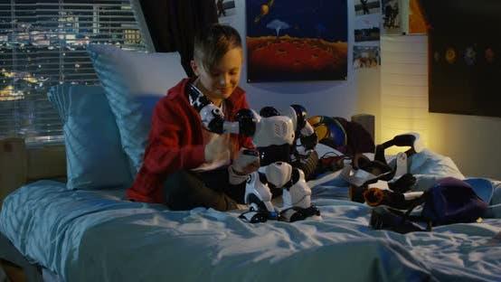 Thumbnail for Junge spielen mit einem Spielzeug Roboter