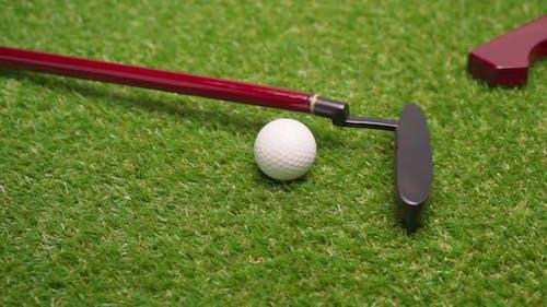 Minigolf-Spiel-Ausrüstung auf Grashintergrund hautnah