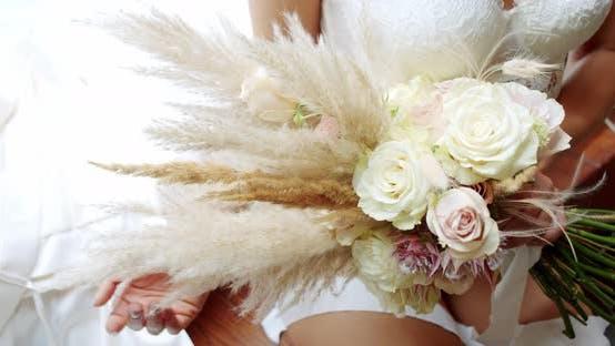 Thumbnail for Braut in Dessous und hält einen Blumenstrauß. Braut Morgen. Nahaufnahme