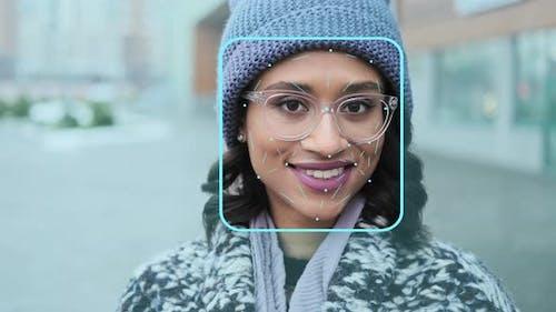 Gesichtserkennung. Futuristisches und technologisches Scannen des jungen weiblichen Gesichtes
