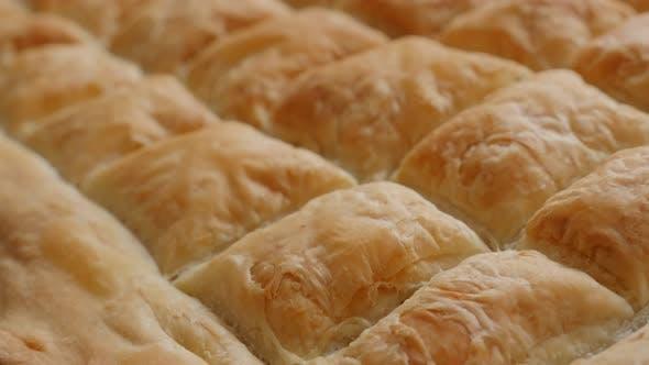 Handgemachte traditionelle Kuchen Balkan mit Käse nach dem Backen 4K 2160p 30fps UltraHD Filmmaterial - Gebacken