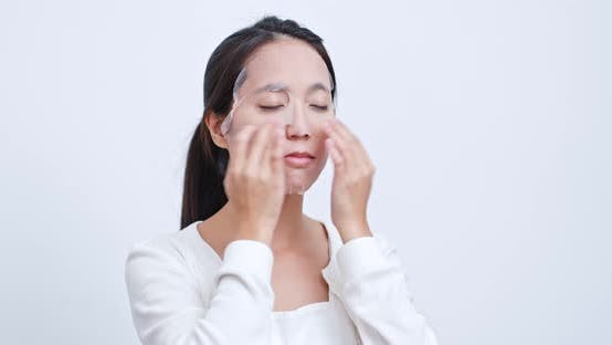 Cover Image for Woman apply face mask and massaging
