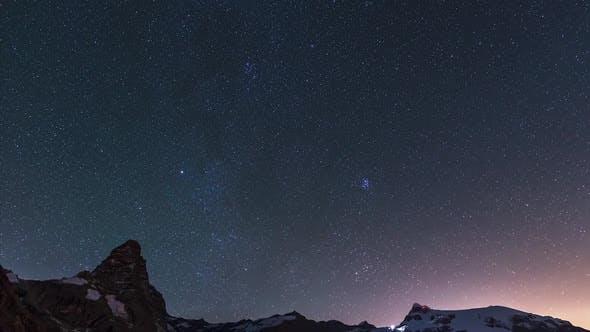 Thumbnail for Zeitraffer: Sterne über dem majestätischen Matterhorngipfel, Nachthimmel über dem Cervino Berggipfel