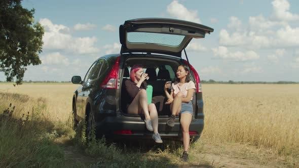 Thumbnail for Charmante Frauen mit Kaffeepause während Road Trip