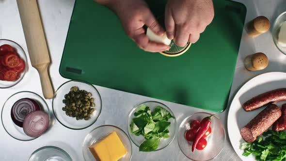 Thumbnail for Reiben Käse bei der Herstellung von Pizza