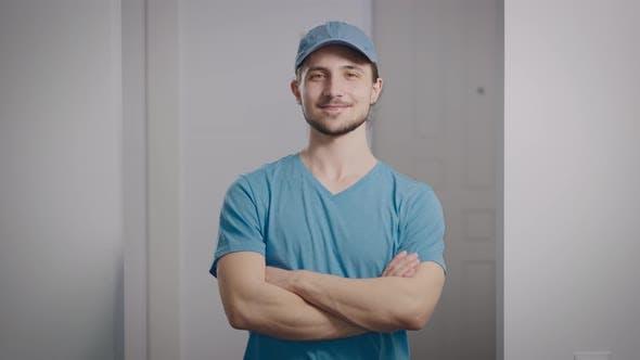 Portrait d'un Adolescent Positif dans un Tshirt et une Casquette