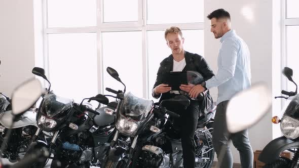 Customer Talks with Consultant About the Motorbike