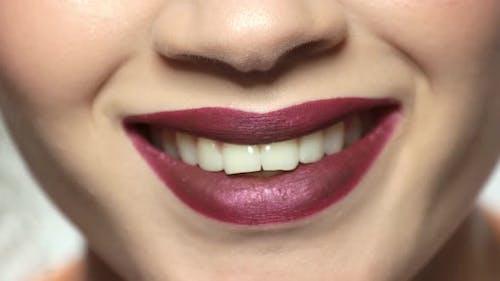 Mund der jungen Frau lächelnd