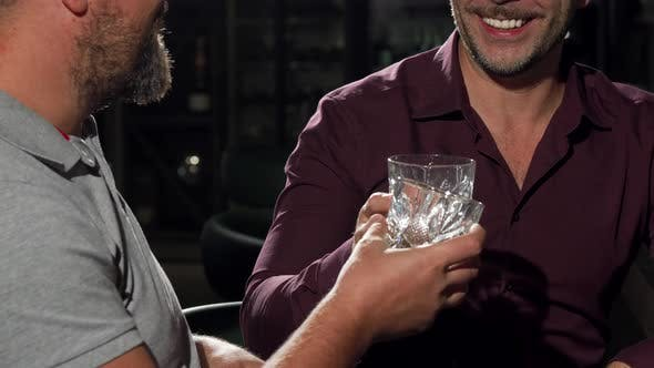 Thumbnail for Reife männliche Freunde feiern Geschäftserfolg trinken Whiskey