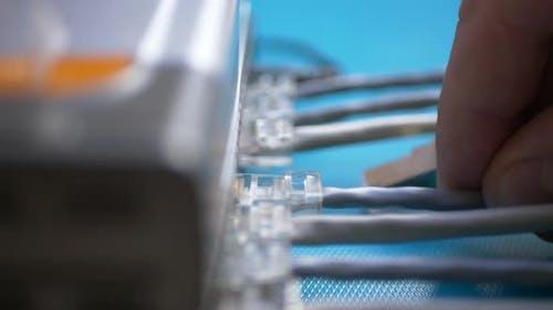 Finger Einstecken Ethernet-Kabel mit RJ45 in den Port des Ethernet-Routers