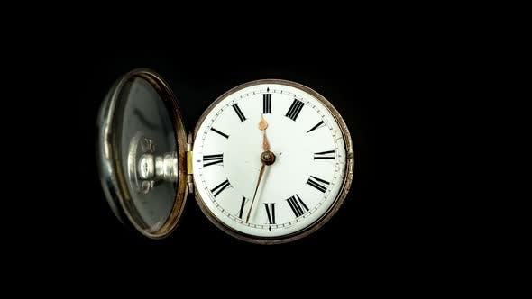 Запуск секундная стрелка на старые карманные часы с белым циферблатом. Крупным планом. Таймлапс. Задний фон