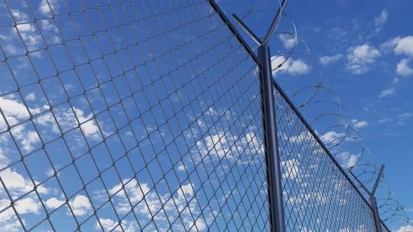 Gefängnis Stacheldrahtzaun gegen blauen Himmel und Blick Eisenzaun der Gefängnisgrenze