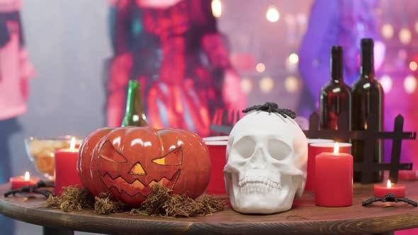 Halloween Stillleben Dekorelemente auf einem Tisch auf einer Halloween-Party