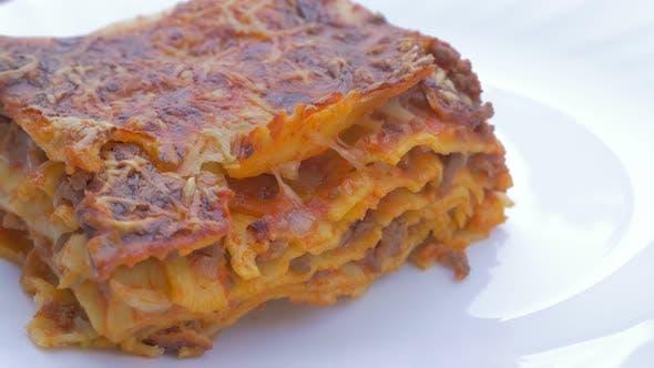 Leckere Lasagne auf Platte langsam schwenken 4K 2160p UHD Filmmaterial - Hausgemachte Lasagne auf dem Teller italienische cui