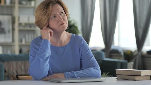 Thumbnail for Porträt des Denkens alt Senior Frau im Büro