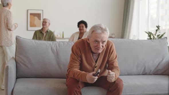 Homme Senior regarder la télévision émotionnellement