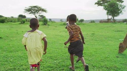 Afrikanische Kinder laufen