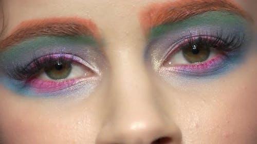 Красивые глаза, красочный макияж.