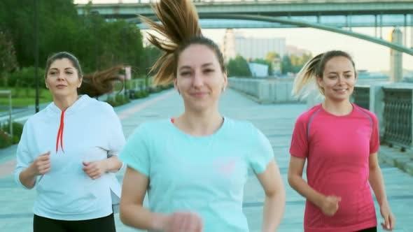 Thumbnail for Zeitlupe Schuss von drei Mädchen Freunde Morgenlauf