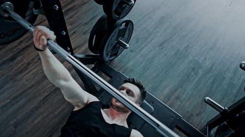 Homme sans chemise athlétique s'entraînant à faire du pouvoir