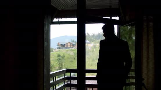 Thumbnail for Eegant Man, Bräutigam oder Geschäftsmann trägt einen Anzug am Fenster. Zeitlupe V2