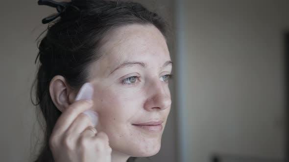 Frau macht Gesichtsmassage