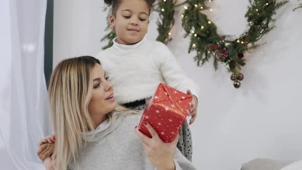 Thumbnail for Mutter erhält Geschenk von ihrer Tochter am Heiligabend