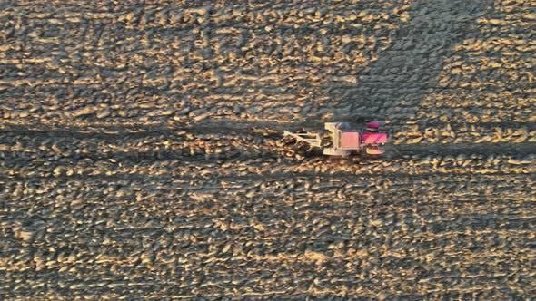 Luftaufnahme des landwirtschaftlichen Feldes Modernes rotes Traktor-Pflühen