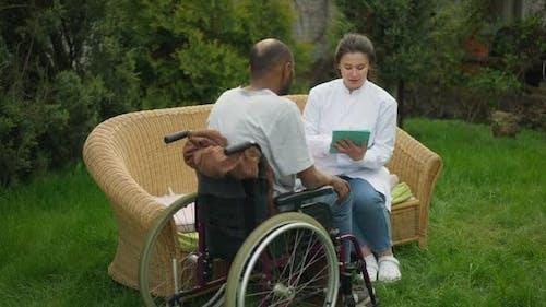 Professional Doctor Consulting Patienten mit Behinderung im Rollstuhl
