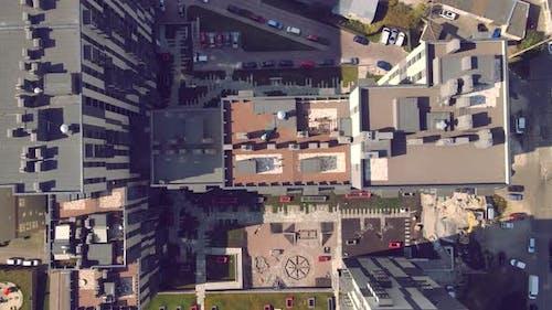 Luftaufnahme der Karate-Athleten trainieren und spielen Sport auf dem Dach eines Hochhauses