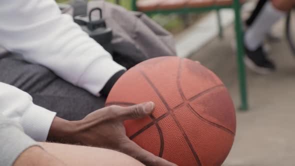 Homme méconnaissable avec basket-ball à l'extérieur