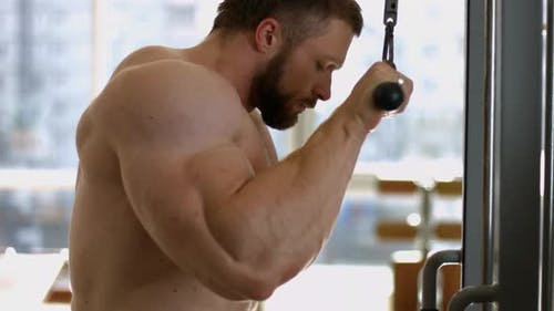 Bodybuilder-Training im Fitnessstudio.