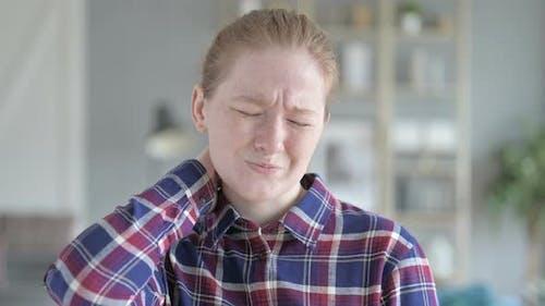 Nahaufnahme der jungen Frau mit Nackenschmerzen