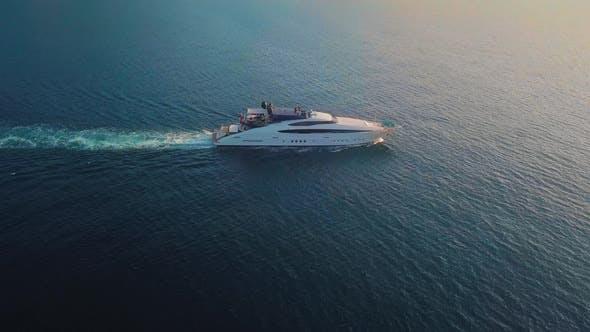 Thumbnail for Ein Panned Ansicht einer Yacht Segeln an der Küste von Amalfi