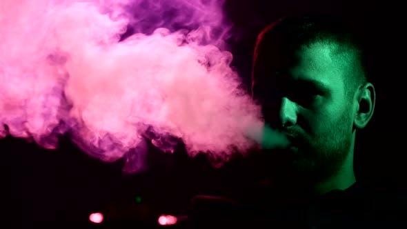 Thumbnail for Mann raucht Wasserpfeife im Restaurant