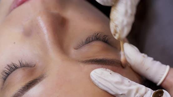 Tätowieren von Augenbrauen im Schönheitssalon