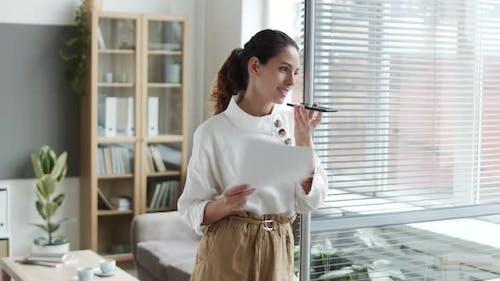 Erfolgreiche Geschäftsfrau nimmt Sprachnachricht