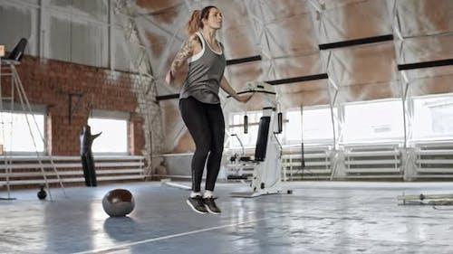 Weibliche Bodybuilder Springen das Seil