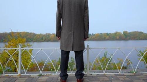 Alter Mann im Mantel Herbst Szene
