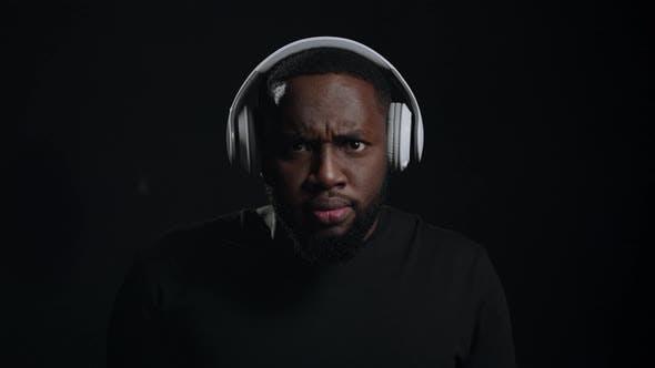 Afro-homme drôle Écouter de la musique à l'intérieur