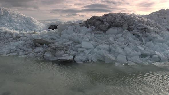 Thumbnail for Fliegen tief über Uferlinie und über Eishaufen, um See zu offenbaren