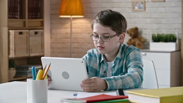 Cover Image for Kid Communicating via Tablet