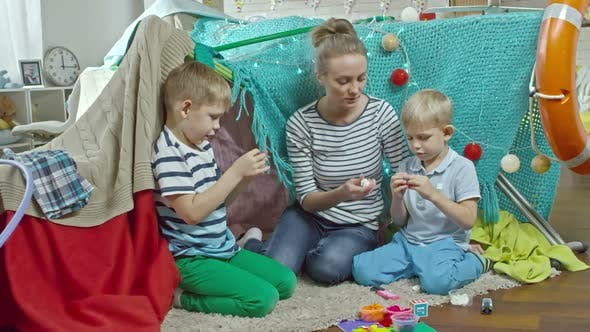 Cover Image for Mom and Sons Playing with Modelling Clay