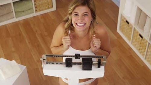Glückliche Frau feiert Gewichtsverlust