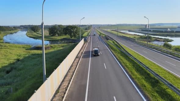 Die Autobahn in der Nähe der Landschaft, Road Junction Blick von der Höhe, Verkehr auf der Straße
