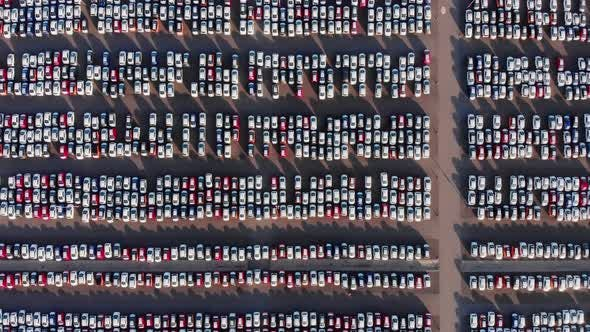 Viele Autos auf Parkplatz