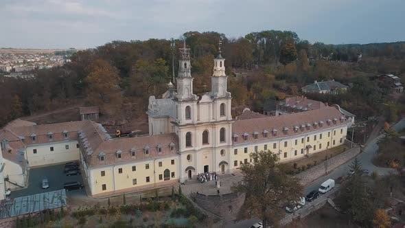 Thumbnail for Luftaufnahme des katholischen Kathedralenklosters im Herbst. Stadt Buchach, Ukraine