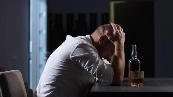 Thumbnail for Bankrott Geschäftsmann hat Nervenzusammenbruch zu Hause